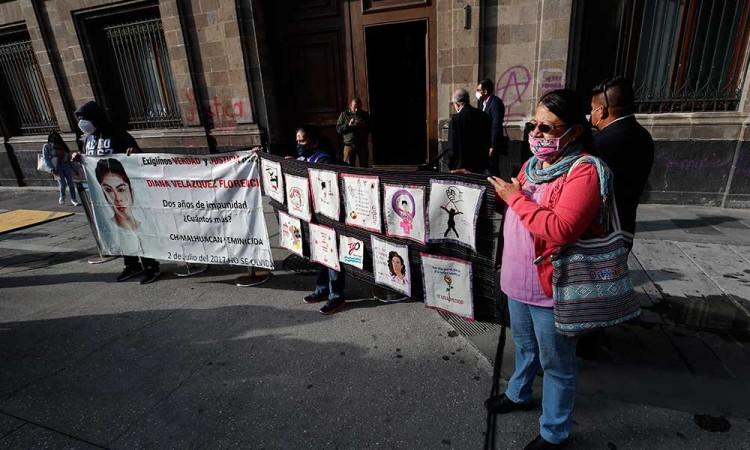 Madres de víctimas de feminicidios muestran hartazgo en Palacio Nacional