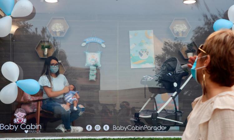 Una cabina desinfectada para presentar bebés nacidos en pandemia en Monterrey
