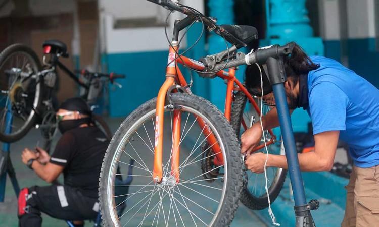 En CDMX reciclan bicicletas y se las regalan al personal médico que combate el Covid