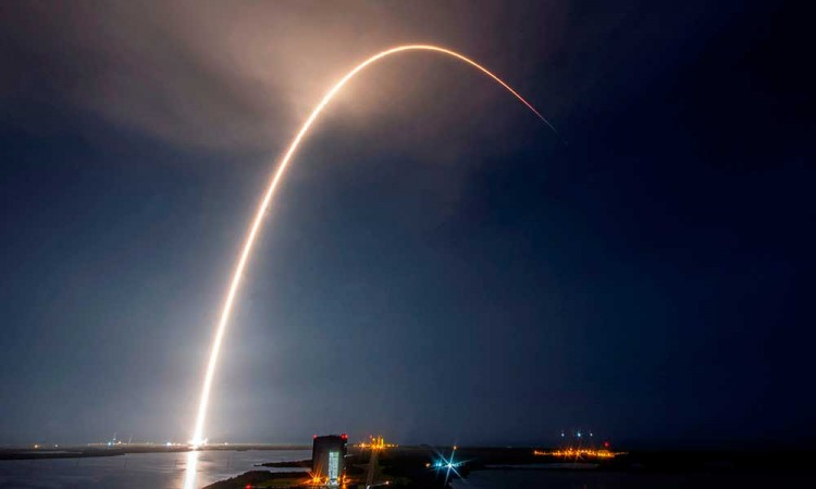 SpaceX sigue aumentando su red de satélites para internet