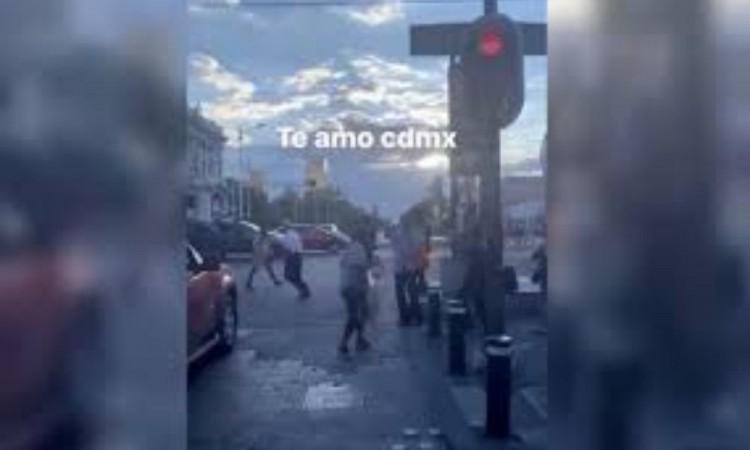 Peatones bailan 'La Chona'