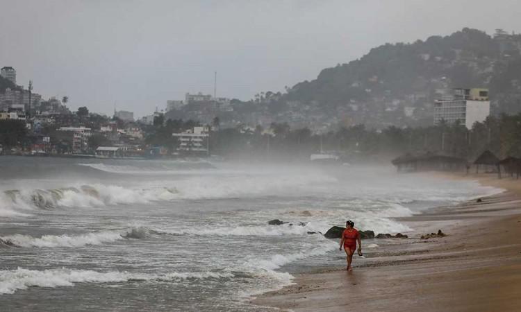 Genevieve se convierte en huracán en costas de Jalisco y causa lluvias