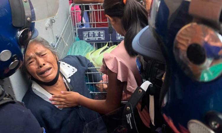 Policías agreden y decomisan yerbas de 'peligrosa' vendedora en Centro Histórico
