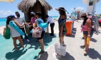 Playas del Caribe reciben turismo; autoridades señalan riesgo bajo de contagios por Covid-19