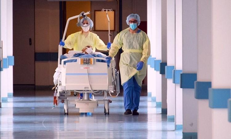 Los hospitales mexicanos tienen ocupadas 10 mil 375 camas por pacientes con síntomas leves de coronavirus.