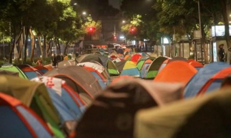 Manifestantes del FRENAAA abandonan sus casas de campaña en la Avenida Juárez