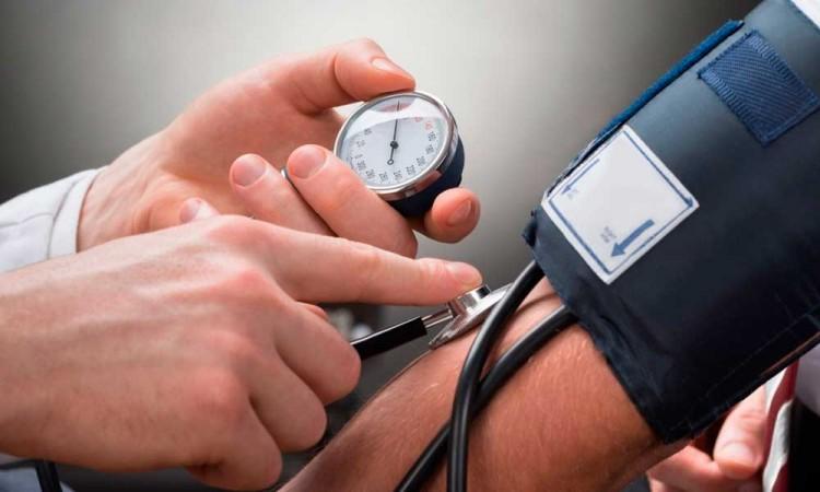 Infección por COVID-19 causaría daños cardiacos en personas con hipertensión