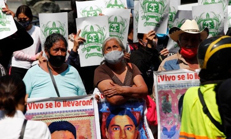 Padres de Ayotzinapa protestan ante Suprema Corte de Justicia de la Nación