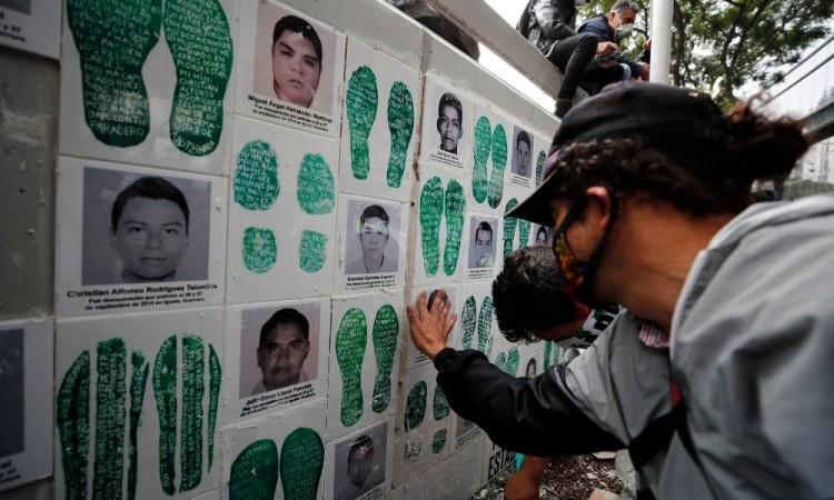 Identificación de estudiante marca sexto aniversario de Ayotzinapa en México