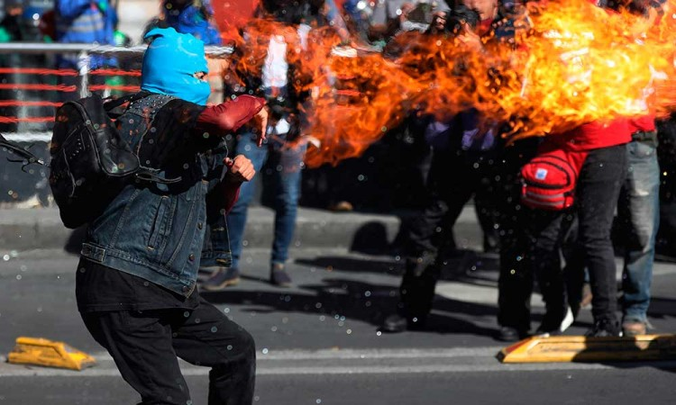 Encapuchados ensombrecen mitin conmemorativo por masacre de Tlatelolco