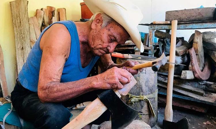Me voy a morir con tapaboca o sin eso: Don Valente de 100 años no teme al Covid-19