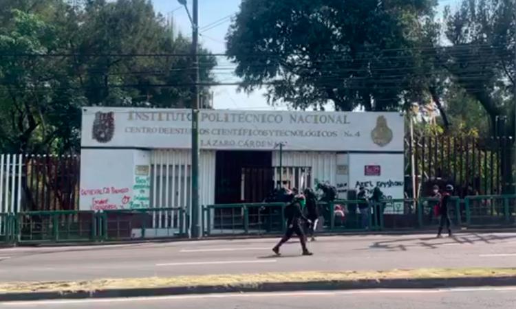 Feministas toman plantel del IPN en Ciudad de México