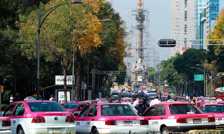 Taxistas sitian Ángel de la Independencia para regular más control a Uber