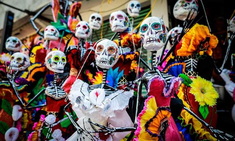 Este taller de Acapulco fusiona las catrinas y piñatas para mantener la tradición