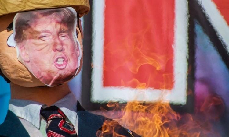 Elaboran y queman piñatas de  la figura de Trump para denunciar abusos en Tijuana