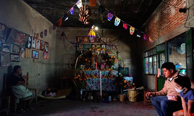 México mantiene vivo el Día de Muertos en un festejo híbrido por la covid-19