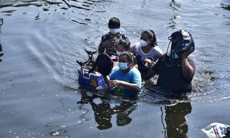 Funcionarios se echan la bolita por inundaciones de Tabasco