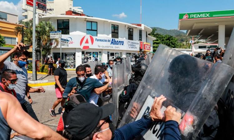 Policías detienen a golpes marcha de trabajadores de gimnasios en Acapulco