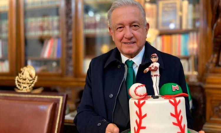 El presidente López Obrador presume de la entrega de apoyos a deportistas
