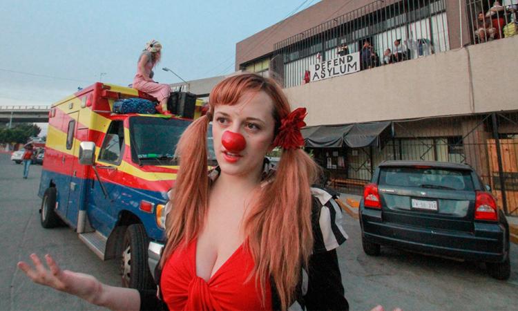 Un circo alegra a niños migrantes en albergue de ciudad mexicana de Tijuana