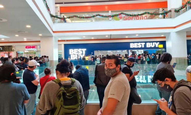 Chilangos se aglomeran en Best Buy por ofertas de liquidación