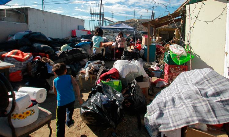 Migrantes apoyan a damnificados por incendios en Tijuana