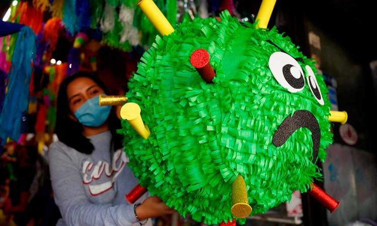 Mexicanos crean piñata de Coronavirus para desquitarse con el 2020