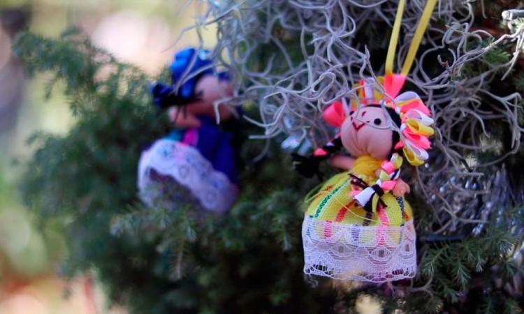 Artesanas mexicanas visten de Navidad sus muñecas otomíes para superar crisis