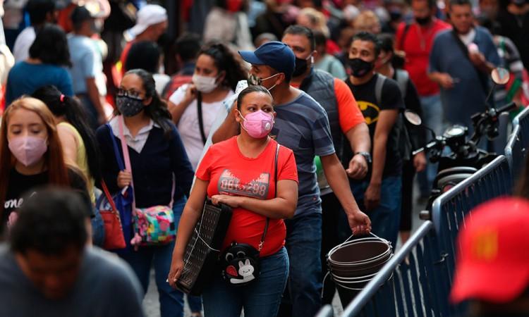 Mexicanos apuran últimas compras en la capital antes del cierre de comercios