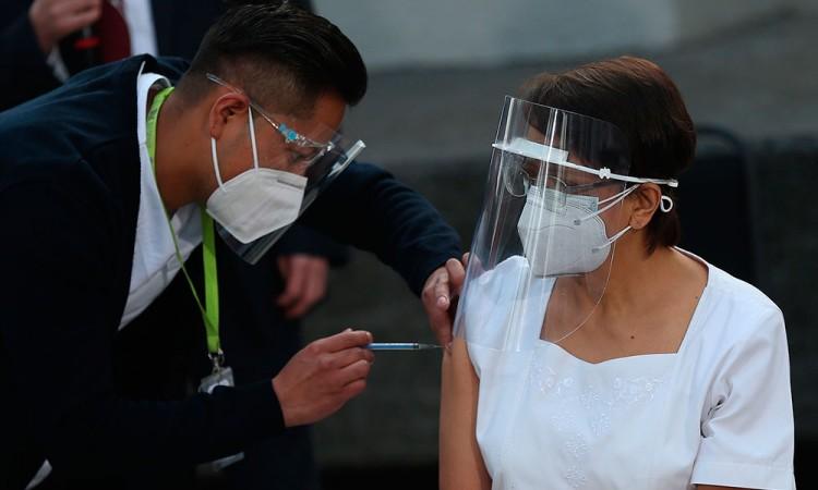 María Irene Ramírez es la primera mujer en recibir la vacuna contra el Covid en México