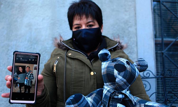 Un peluche con ropa de fallecidos de covid para soportar el duelo en México
