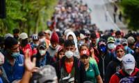 México restringe paso de guatemaltecos por llegada de caravanas