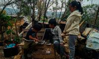 El reto de educar los hijos a distancia en México sin saber leer ni escribir