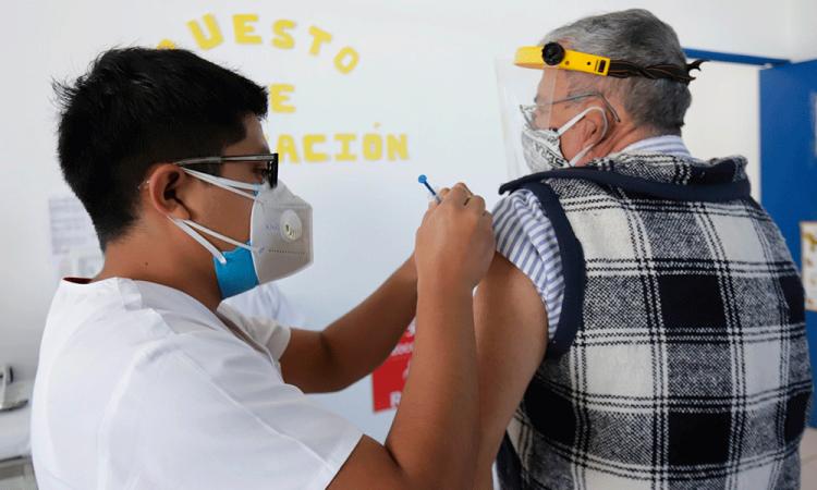 México vacuna a maestros del sureste para que retomen clases presenciales