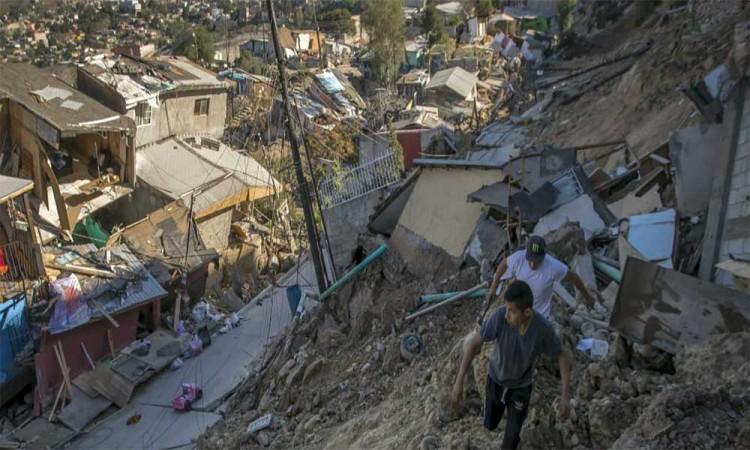 Deslave en Tijuana derrumba varias casas y desalojan al menos 50 familias
