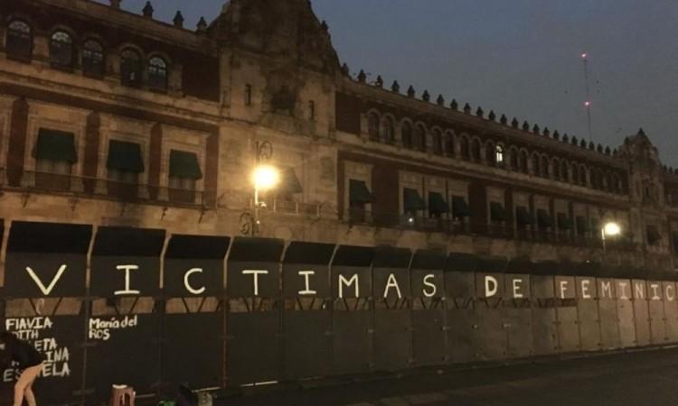 Pintan nombres de víctimas de feminicidio en valla instalada en Palacio Nacional