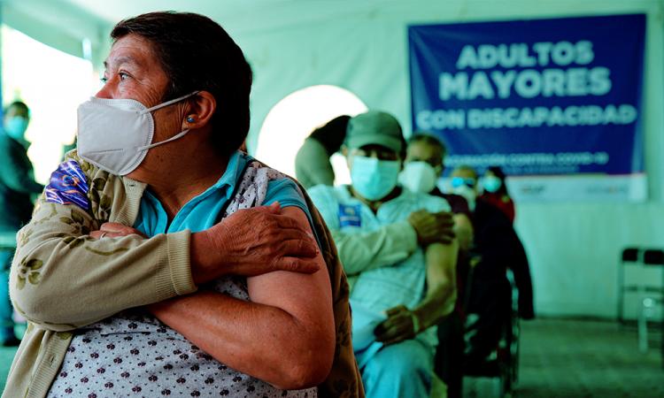 Aceleran vacunación de adultos mayores tras escándalo por jeringa vacía