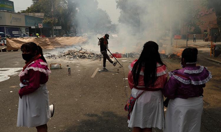 Indígenas otomíes piden acciones tras seis meses ocupando edificio en México