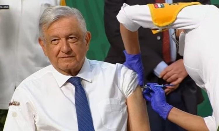 AMLO recibe vacuna AstraZeneca contra Covid-19