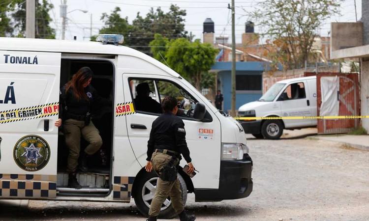 Encuentran 70 bolsas con restos humanos en fosa clandestina en Jalisco