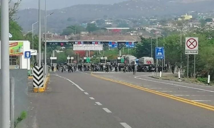 Detienen a 95 estudiantes normalistas en Chiapas
