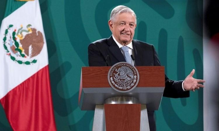 México recibe de Kamala Harris expediente de EU del caso Ayotzinapa