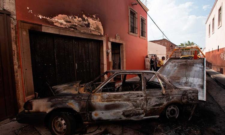 Narcos de CJNG y LNFM protagonizan ataques y bloqueos carreteros en Michoacán