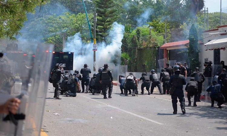 Estudiantes se enfrentan con policías en Chiapas