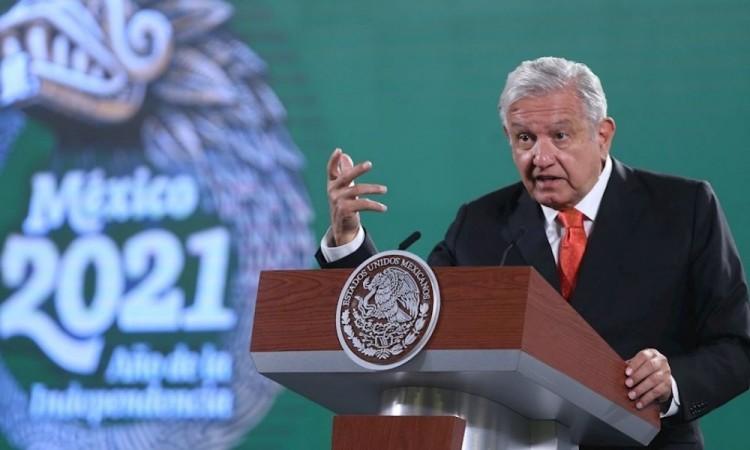 """López Obrador critica """"cacicazgos"""" y """"abuso de fondos2 en escuelas públicas"""