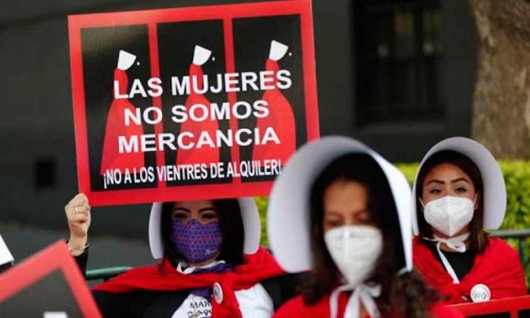 Feministas protestaron contra la SCJN por avalar los vientres de alquiler en México