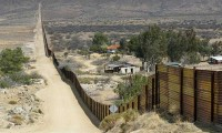 Migrantes intentan cruzar la frontera hacia Estados Unidos en coches particulares