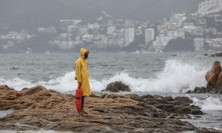 Dolores decrece a depresión tropical en México