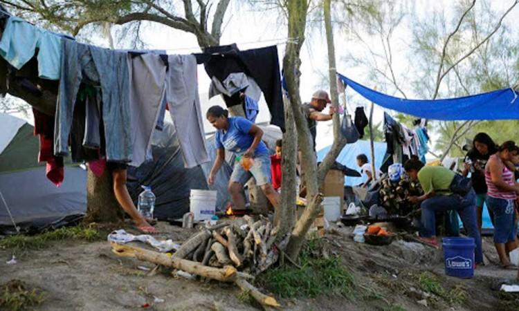 Familias migrantes sobrepasan capacidad de albergues en Matamoros