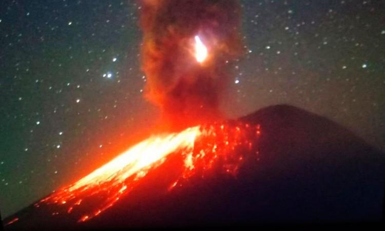 ¡Otra vez! Lanza Popocatépetl fragmentos incandescentes y ceniza